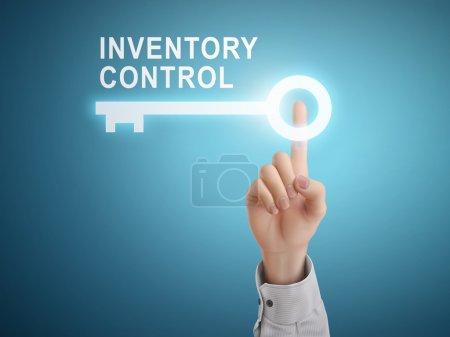 Illustration pour Main mâle appuyant sur le bouton clé de contrôle de l'inventaire sur fond abstrait bleu - image libre de droit