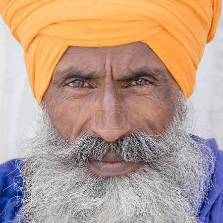 Photo pour Verticale de l'homme sikh indien dans le turban avec la barbe touffue. Amritsar, Inde - image libre de droit