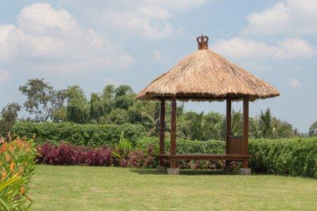 Photo pour Gazebo sur le jardin tropical. Île Bali, Indonésie - image libre de droit