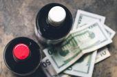 Lahví vína a dolary top Prohlédni