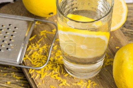 Photo pour Verre d'eau citron, zeste et citron - image libre de droit