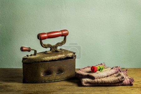 Photo pour Nature morte rétro avec vieux fer rouillé sur table en bois - image libre de droit