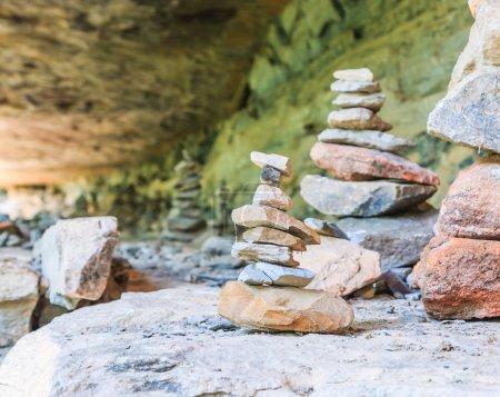 Photo pour Tour Zen Stone. Pebbles tour Zen et équilibre - image libre de droit