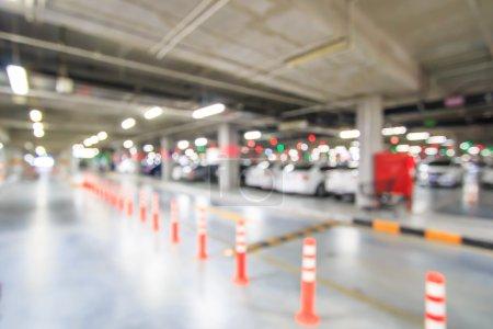 Photo pour Flou de stationnement de la ville avec des voitures - image libre de droit