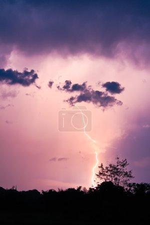 Foto de Relámpago en el cielo tempestuoso nublado - Imagen libre de derechos