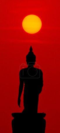 Photo pour Statue de Bouddha au coucher du soleil en Thaïlande - image libre de droit