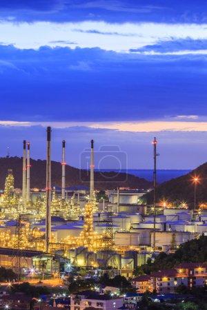 Photo pour Raffinerie de pétrole au crépuscule - image libre de droit