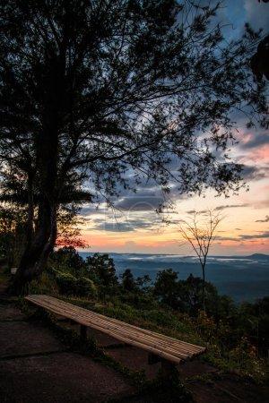Foto de Majestuosa puesta de sol en la casa de paisaje de montañas - Imagen libre de derechos