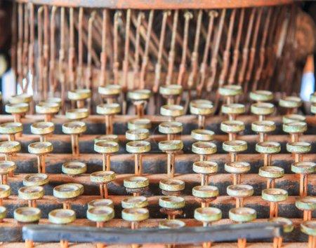 Photo pour Machine à écrire antique ou anciennes imprimantes grève en magasin d'antiquités - image libre de droit