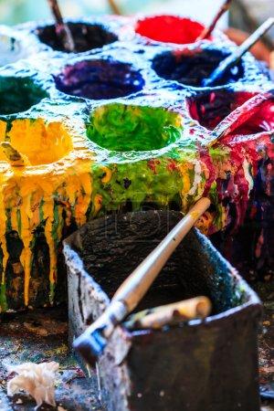 Photo pour Peintures anciennes peintres pinceaux peintures et pinceaux fond en atelier de peinture - image libre de droit