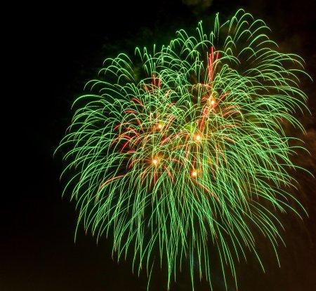 Foto de Bellos fuegos artificiales en la celebración de año nuevo - Imagen libre de derechos