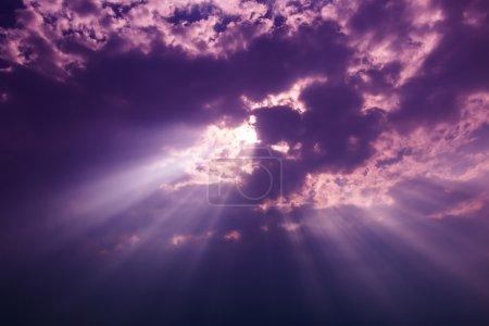 Photo pour Rayons de lumière brille à travers les nuages sombres pour le fond - image libre de droit