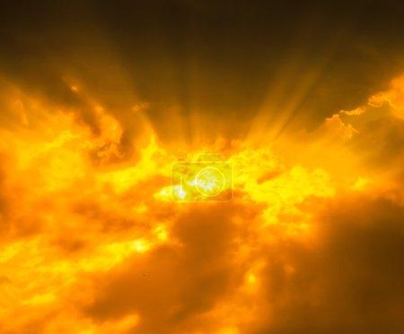 Rayons de lumière à travers les nuages