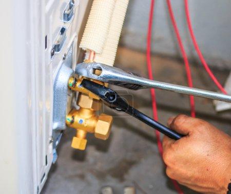 Foto de Preparativos para instalar nuevo acondicionador de aire. - Imagen libre de derechos