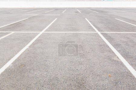 Photo pour Parking vide aire de stationnement - image libre de droit