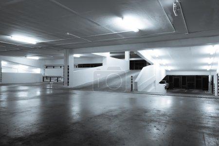 Photo pour Stationnement souterrain éclairé vide - image libre de droit