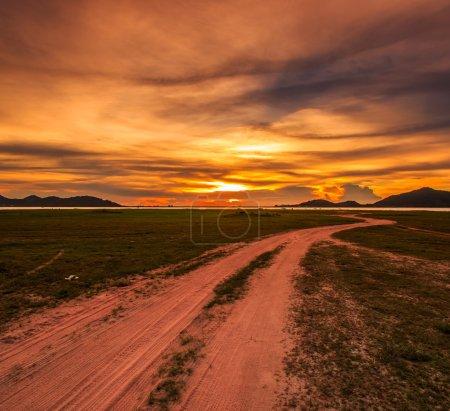coucher de soleil nuageux sur route