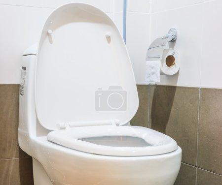 Photo pour Cuvette blanche dans la salle de bain - image libre de droit