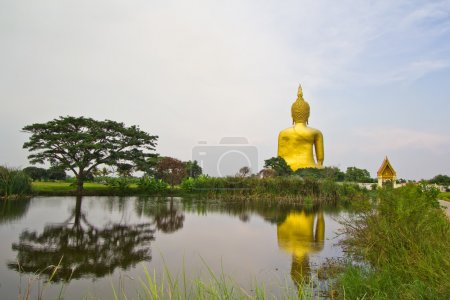 Photo pour Statue de bouddha doré dans le paysage rural de Wat muang, Thaïlande - image libre de droit