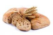Chutný chléb s pšenice na bílém pozadí