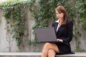 Krásná žena Lifshitz pracuje na přenosný počítač ou