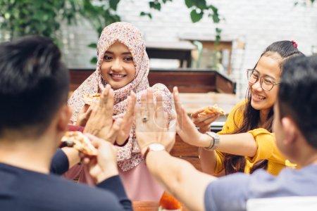 Photo pour Portrait d'amis asiatiques donnant haute cinq au café tout en ayant un déjeuner - image libre de droit