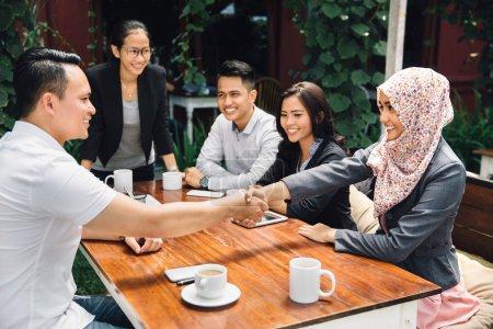 Photo pour Portrait de jeunes gens d'affaires asiatiques se réunissant dans un café - image libre de droit