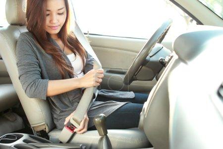 Photo pour Portrait de jeune femme mise sur une ceinture de sécurité - image libre de droit