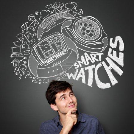 Photo pour Jeune homme recherchant à l'illustration de la notion de moderne montre intelligente - image libre de droit