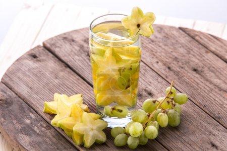 Photo pour Fruits frais d'été Mélange d'eau infusée aromatisée d'étoiles de mer et de raisin - image libre de droit