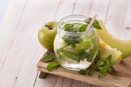 Photo pour Fruits frais d'été Mélange d'eau infusée aromatisée de pomme, menthe et melon - image libre de droit