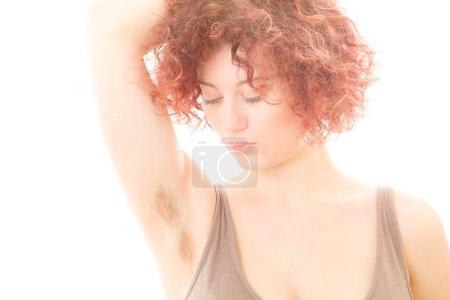 Photo pour Jolie femme avec aisselle poilue sur fond blanc - image libre de droit