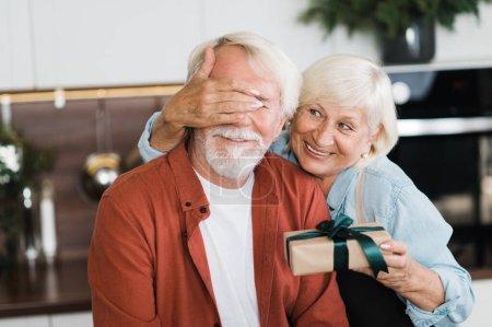 Photo pour Époux âgés aiment mature amour cadeau vacances ensemble famille - image libre de droit