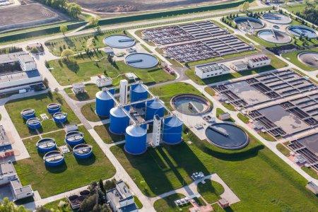 Photo pour Vue aérienne de la station d'épuration des eaux usées dans la ville de wroclaw en Pologne - image libre de droit