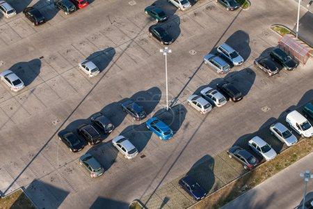 Photo pour Vue aérienne sur le parking près du supermarché en Pologne - image libre de droit