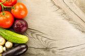 Zralá čerstvá zelenina na dřevěné pozadí. Ikona pro zdravé stravování, diety, hubnutí