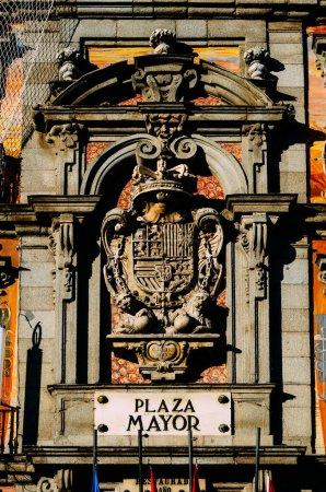 Photo pour Madrid, Espagne - 29 novembre 2020 : Plaza Mayor, Madrid, Espagne Gros plan sur l'emblème - image libre de droit