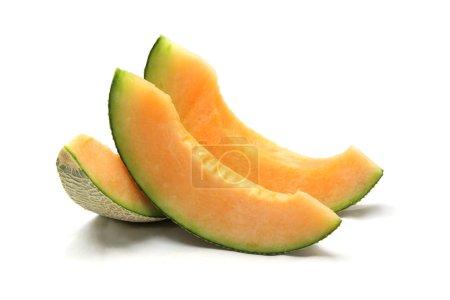Photo pour Tranches de melon cantaloup isolées sur fond blanc - image libre de droit