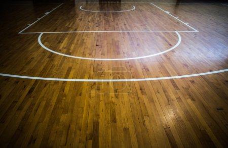 Photo pour Terrain de basket plancher en bois - image libre de droit