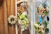Výzdoba z květin na svatební obřad v restauraci