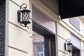 Krásné kované lucerny venku v městě Lviv