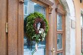 Zelený vánoční věnec s dekoracemi