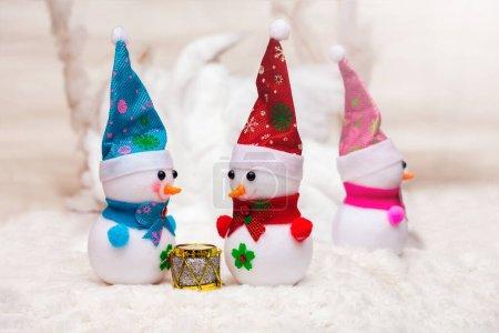 Photo pour Deux personnes communiquent et la troisième est insultée. Bonhommes de neige Noël et Nouvel An - image libre de droit
