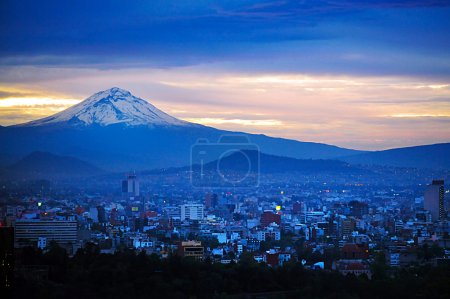 Photo pour MEXICO CITY - FEB 23 2010:Aerial landscape view of the Popocatepetl volcano mountain rais above Mexico city.The city surrounded by mountains and volcanoes that reach elevations of over 5,000 meters. - image libre de droit
