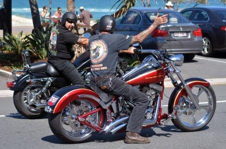 Мужчины едут мотоцикла HarleyDavidson в