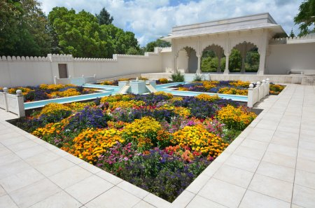 Photo pour HAMILTON, NZL - JAN 10 2015:Indian Char Bagh Garden in Hamilton Gardens.Its one of the most popular visitor attraction in New Zealand attracting more than 1 million people and holding over 2,000 events each year. - image libre de droit