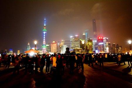 Photo pour SHANGHAI, CN - MAR 15 2015 : Pudong New Area skyline à Shanghai, en Chine, la nuit.Il abrite la zone financière et commerciale de Lujiazui, la bourse de Shanghai et de nombreux bâtiments les plus connus de Shanghai . - image libre de droit