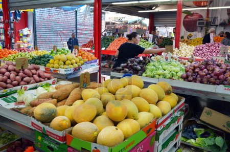 Photo pour Tel Aviv, Isr - 24 mars 2015:Shoppers at Carmel Market Shuk Hacarmel in Tel Aviv, Israel.It's a very popular marketplace in Tel Aviv sells mostly food and home accessories goods. - image libre de droit