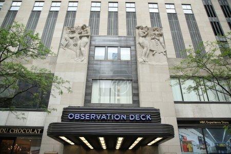 Photo pour NEW YORK CITY - 16 JUIN 2016 : Le célèbre bureau d'observation du Rockefeller Center à Manhattan. Il abrite des studios NBC, une plate-forme d'observation et la boîte de nuit haut de gamme Rainbow Room - image libre de droit