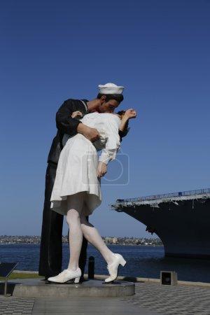 Photo pour San diego, Californie - le 29 septembre : la sculpture de capitulation par seward johnson sur le devant de midway uss à san diego sur 29 septembre 2014. - image libre de droit